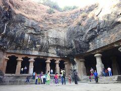 エレファンタ石窟に着きました インドで初めての石窟で,ワクワクでした  「石窟」って,こういう岩(山)を人力で掘り進んで(くり抜いて),仏教などの寺院としたもので,自然の洞窟を利用したものではなくて,あくまで人工的なものです  右手が,メインの石窟の入り口です ※この写真は,観光客用の入り口じゃなくて,メインの石窟を通り抜けて,East Courtに出たところの様子です