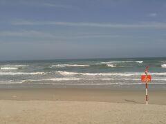 この後ノンヌオックビーチへ。 波が高く泳げません。白砂は綺麗です。