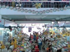 ハン市場  2階は衣料品  1階は食料品とお土産 ドンバ市場より狭く買い物しやすいです。 ランブータンを買いました。1kg50000ドン