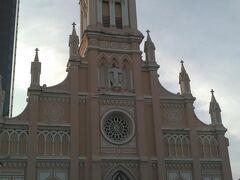 ダナン大聖堂  ピンク色がかわいい ミサ中だったので外から覗くだけにしました。