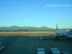 16:50 鹿児島空港到着。 たったの2時間ww早すぎですwww これが新幹線だと東京⇔大阪間で(ry  左側の大きめのが韓国岳。 右端のが高千穂峰。 美しい・・・