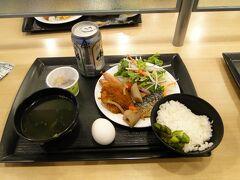 スーパーホテル。私の朝食。ビールつきです。アサヒスーパードライ200円でした。豚のカツが柔らかくて美味しかった。