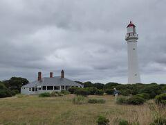 海岸沿いに走ると灯台が見えてきました。スプリット・ポイント灯台(Split Point Lighthouse)です。グレート・オーシャン・ロード東側入口の5 km程手前の場所にあります。観光客の姿もみえましたので、行ってみました。