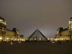 ピラミッドのライトは消えている 遠くにコンコルド広場の観覧車
