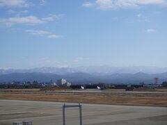 白山方面を撮影。 正面が白山の御前ヶ峰、大汝峰のはず。  北陸新幹線の影響でANAは減便したので、 この時間の離発着はなし・・・