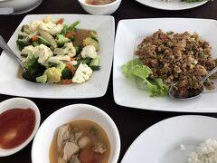 ようやくお昼ご飯です。 色んな種類があってかなりの量です(^^)/  大人数の日本人ツアーのグループもおられました。  私たちのツアーは2組で、私たち3人と夫婦の2人で 5人のこじんまりとしたグループです。