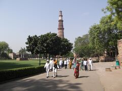 柱が見えます。 クトゥブ・ミナールに来ました。 1200年頃に建てられたもので、イスラム教とヒンズー教がmixされているとか