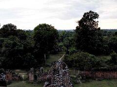 プレループ。 この遺跡は火葬場だったとこらしいです。  車で移動して、夕日の観光に来ました。 雲で見えない。 人は多いです。