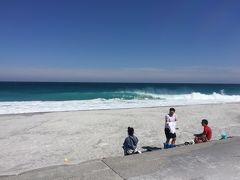さすがにサーファーが集まる島。 大波が押し寄せていますが、 サーファーでもなんでもない我々は、ただ眺める。