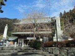 いきなりですが身延山久遠寺の「三門」の写真です。  当日に撮った写真がなんかしらあるだろうと思い、探してみましたが見つかりませんでした。  よくよく思い返してみると、身延線では寝落ちしてしまってました。 また、御殿場線では富士山の写真を撮ろうと思っていましたが、前に女子高生の集団が座っており、カメラを向けることができませんでした。 もし向けていたら、刑務所旅行記になっているでしょうね(笑)
