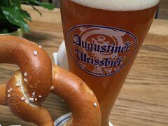 約半月を過ごしたドイツにさよなら。 ラウンジで最後のドイツビールとプリッツェルを。