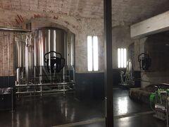 歩けば喉が渇くです。 今回のアパートからほど近い場所にあったバルセロナの地ビールMorizのビアホール。  11年に有名なデザイナーの設計でオープンしたそうです。トイレのある地下は昔の工場跡を活かして醸造設備を見せたりしてました。