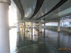 現在の「日本橋川」です。川の上は首都高速道路です。