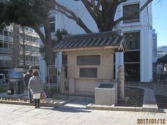 橋の反対側のたもとに、高札場跡の「花の広場」があり、日本橋の由来の書かれた碑があります。