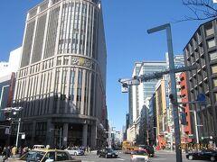 日本橋から、中山道(現在の国道17号線)を望むと、上写真の「三越百貨店・別館」がそびえています