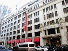 その隣に「三越・本店」があります。ここは江戸時代に三井八郎右衛門高利が開いた呉服店「越後屋」の跡です。