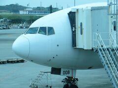 那覇空港に到着しました。 今回は前日ほとんど寝ていなかったので、機内で熟睡してしまいました。  那覇空港まではB777-200 JA008D