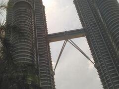 次はペトロナスツインタワーへ。高い。452m!日本と韓国の会社が建てたオフィスビルです。