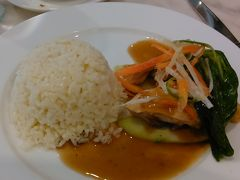 チキンライス  骨付きの鶏肉。 シンガポールの方が格段に美味しかった。