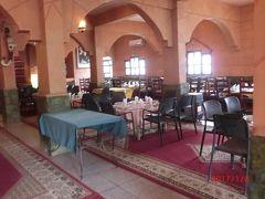 エルフードから3時間後のカスバ街道のレストラン El Yasmina Resto Milk Bar でランチです。