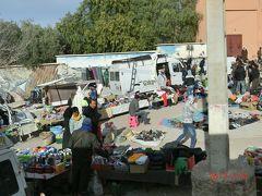 エルフードから4時間後のダデス渓谷がある近辺のカスバ街道の人々の姿です。 市場ですね。