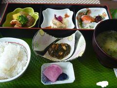 昼食は同じ水族館にある沖海月というレストランで、クラゲ料理をいただけます。 エチゼンクラゲ定食を注文した。一度は体験しておこうクラゲ料理。