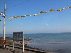 大三東駅(おおみさきえき) 有明海が美しい海岸の駅。風になびく黄色いハンカチが映えます。