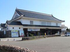 島原駅。城郭風の重厚な建物。