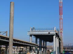 諫早駅島原鉄道ホームより。建設工事が進む新幹線高架橋。
