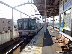 茶屋町駅で宇野港線に乗換え。  マリンライナーを見送ります。