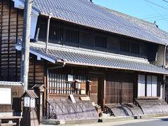 商家竹屋(竹屋資料館)  平成15年3月に開館した。 現在は「中山道御嶽宿商家竹屋」と名づけられ、 御嶽宿の資料館として利用されている。 明治10年ごろの建築とされるが、 江戸時代の様式を色濃く残す建物で、 商家としての機能が分かりやすい。 商家竹屋は本陣の野呂家の分家が経営していた。