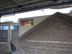 甲府駅に到着。1番線ホーム脇には、古い甲府駅駅舎の一部を保存したものがオブジェとして飾られていた。