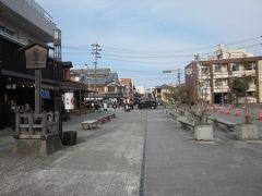 県道を渡った左手に在る「伊勢観光協会」で情報を仕入れましょう~。 市内地図と、「商人の町川崎」や伊勢B級グルメなどについて教えて頂きました(JR駅内にも在りました)。  では、外宮から真っ直ぐ駅まで伸びる外宮参道からぶらぶら歩きます。