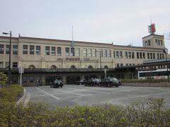 こちらは歩いて数分の「近鉄線宇治山田駅」~、ここの駅舎はレトロな感じが今も残っている数少ない駅舎です。  昭和6年開業で当時は参宮急行と言って、伊勢神宮参拝の為の貴賓室が今も在るんですよ。 個人的には、小学校の修学旅行で利用した思い出のところ~、もちろん近鉄が誇る2階立て特急ビスタカーで来ました。