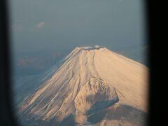 気づいたら離陸してました。 この便のキャプテンは逐一有名スポットを紹介する方でした。 ズームして撮った富士山です。  縮小すると荒くなるなぁ・・・。