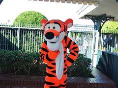 ディズニーランドへ来てみました。 入り口付近にティガーがおりまして、写真を撮らせて頂いたf(^_^)  実はそんなにディズニーランドは好きでは無い、と言うか、わりと嫌いなほう。