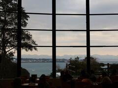 「紀州南部ロイヤルホテル」 http://www.daiwaresort.jp/minabe/  宿泊先の「紀州南部ロイヤルホテル」に到着したのは、午後4時頃、、 ロビーの向こうに広がる海、、