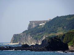 港から見える断崖(筆ん崎・マハナ展望台)  後で,あそこまでチャリで行きます  この迫力ある地形は火山活動で出来たそう
