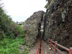 ヤビジャ海岸のお隣にある,東ヤマトゥガー☆☆☆へ来ました(隣って言っても,崖を登って下らないと行けないけど…)  なんだこの割れ目はー! 人一人通れる程度に見事に割れてる~  自然にできたそうです