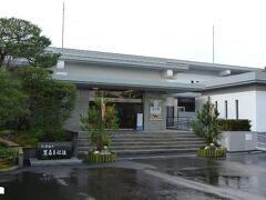 ホテルからは目と鼻の先にある足立美術館。 足立全康氏が1970年、70歳の時に開館したもので近代日本画を中心とした美術館。