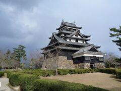 まずは松江城を見学した。 堀尾氏、京極氏、松平氏を城主とし、江戸時代には松江藩の藩庁として機能した。