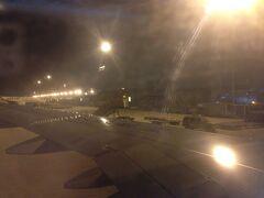 次は一瞬だけ大都市の景色が見た記憶がありましたが、どこの街なのかは分かりませんでした。 そして次の瞬間には、地面が近づいてきているのに気づいて慌ててシートベルトを締めました。起こしてくれないのかよ。  そんなこんなで、機内の記憶がほとんど無く上海(浦東)空港に到着しました。