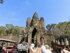 アンコールトムには5つの門がある。 王宮の前の王のテラスから伸びて道の先にある門が勝利の門、 南にある南大門から入って北大門から出ました。 高さ23mの巨大な門の上にある四面仏は顔だけだが高さ3mもあるそうです。