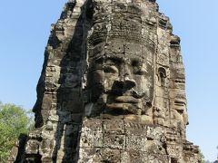 アンコールトム遺跡群には王宮があったようです。 門は5ある。 1020年建立のヒンドゥー教寺院だがバイヨンは仏教寺院です。 王宮の前には象のテラスとライ王のテラスが残っていました。 バイヨンの四面仏は穏やかな微笑みをたたえています。
