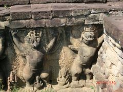 象のテラスは、王宮の前にあり、ガルーダやゾウの彫刻の テラスが350m連なっています。 塔門の正面のガルーダとガジャシンハが並んだテラスは王宮のテラスと呼ばれています。