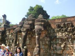 ライ王のテラスは、象のテラスからさらに北隣にあります。 ライ王テラスは見るべきアンコールトムの一番北側で北大門から外に出て終了です。 高さは6m、内壁と外壁の間は通路になっていた。 上にはライ王像があった。 女神像、9つの頭を持つナーガなど、本当に凄かった。