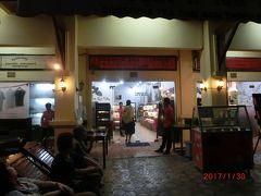 アンコールトムからの帰りにシェムリアップ川沿いの道にある Cambodia Tea Time、アンコールクッキー、Tギャラリヤにツアーで寄りました。 前2社は日本人経営です。 土産は胡椒(ライム塩)、焼酎(黒もち米)、ノムクイティウ、アクセサリー、バッグなど。