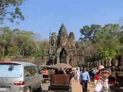 南大門 Angkor Tom South Gate は、アンコールトムへの城門です。 参道の欄干は108本あり、その奥に高さ23mの巨大な門がある。 門の上には3mもある仏が4体あった。 東西南北を向いた四面仏は穏やかな顔をしている。