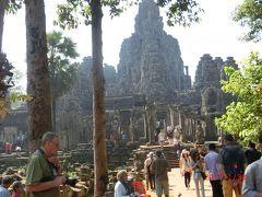 アンコールトムの方がアンコールワットより3倍も大きいのですね。 アンコールワットが1km四方なのにアンコールトムは3km四方もある。 中心は仏教寺院のバイヨンで北には王宮がある。 ワットはスーリヤヴァルマン2世は(在位:1113年 - 1150年)が建立したヒンドゥー教寺院ですが、 トムは、ジャヤーヴァルマン7世(在位:1181年 - 1218年)の都でした。
