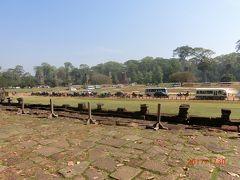 プラサット スゥル プラット Prasat Suor Prat もジャヤバルマン七世が造った綱渡りの塔と言われている、 12 の塔が横一列に並んでいる。 謎を秘めた塔らしいが、JASAの調査でラテライトで造られ、王に捧げられた宝物を収納する儀式に使われたと。